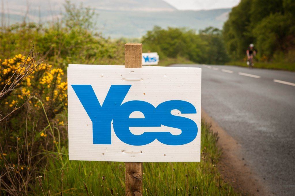 A sign supporting Scottish independence on the side of the road in South Corriegills, Scotland. By Cams.