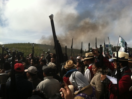 Crowds organized by the indigenous group